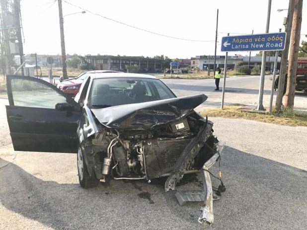 Mετωπική σύγκρουση αυτοκινήτων στην Ελασσόνα