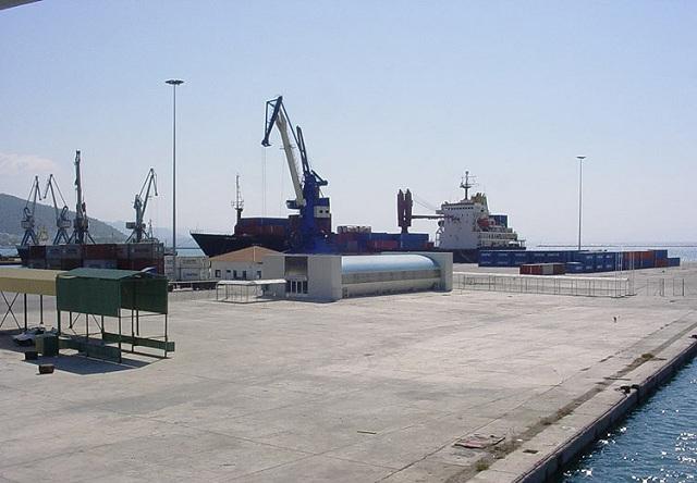 Αδρανοποιήθηκε και απομακρύνεται από το Λιμάνι το πέλετ που αυτοανεφλέγη