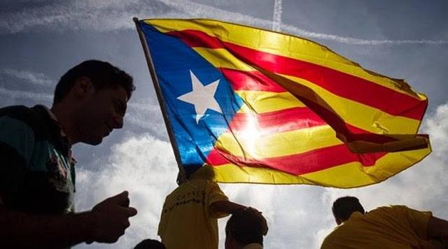 Οι Ισπανοί υψώνουν την γροθιά τους κατά της καταλανικής ανεξαρτησίας