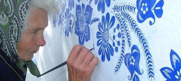 90χρονη έχει γεμίσει με υπέροχα παραδοσιακά σχέδια τους τοίχους του χωριού της [εικόνες]