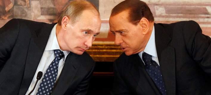 Ο Μπερλουσκόνι πήρε δώρο γενεθλίων στον Πούτιν μία παπλωματοθήκη με τη φωτογραφία τους [εικόνα]