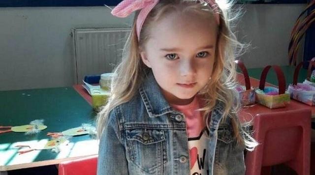Στην αγκαλιά της μητέρας της η 4χρονη που είχε απαγάγει ο πατέρας της