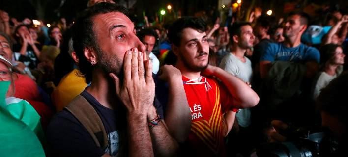 Ο ηγέτης της Καταλονίας «πάγωσε» την ανεξαρτητοποίηση. Εξαλλοι οι οπαδοί του, αντιδρά η Ισπανία