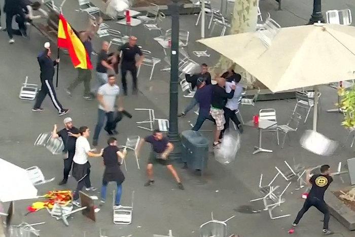 Αγριο ξύλο μεταξύ διαδηλωτών στη Βαρκελώνη [εικόνες-βίντεο]