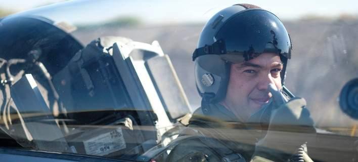 Ο Αλ. Τσίπρας με στολή πιλότου πετά με F-16 [εικόνες-βίντεο]