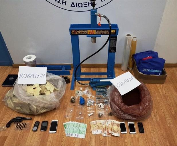 Τέσσερις συλλήψεις για το κύκλωμα κοκαΐνης στον Τύρναβο. Η επίσημη ανακοίνωση της Αστυνομίας