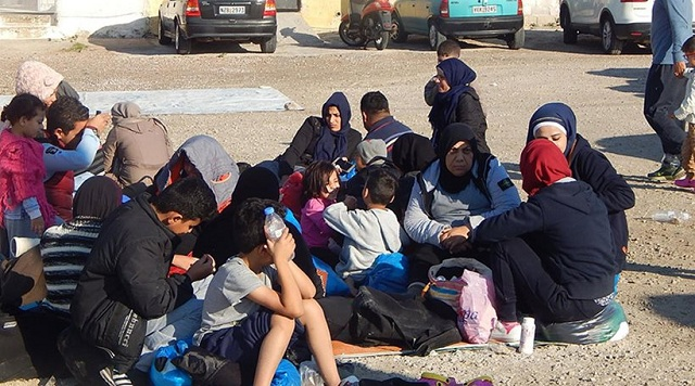«Κατάληψη» στο λιμάνι της Χίου έκαναν οι μετανάστες [εικόνες]