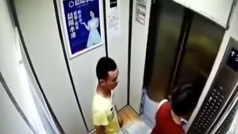 Νεαρός αποπειράθηκε να βιάσει μητέρα σε ασανσέρ ενώ ήταν μπροστά το παιδί της(vid)