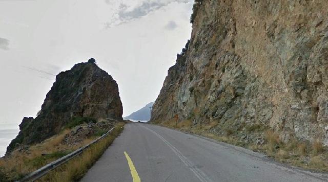 Απίστευτο αλλά... ελληνικό: Στην Εύβοια υπάρχει δρόμος με πινακίδα «προχωράτε με δική σας ευθύνη»!
