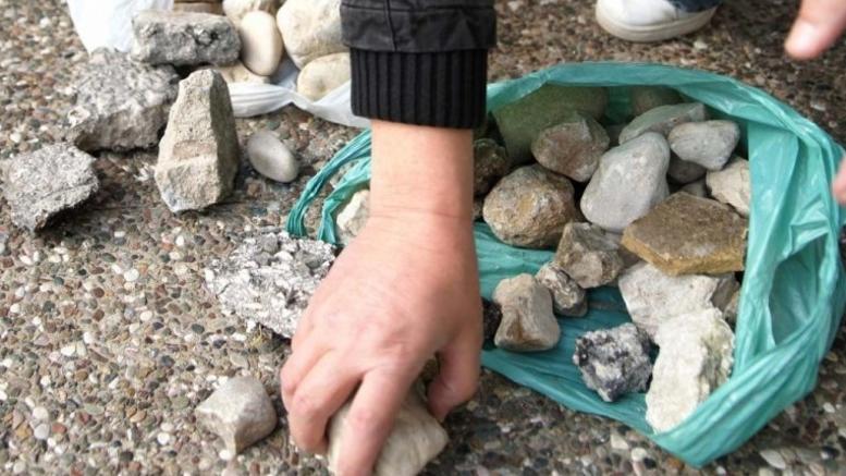 Πέταγαν πέτρες στα αυτοκίνητα για παιχνίδι