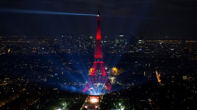 Είναι παράνομο να φωτογραφίζεις τον Πύργο του Άιφελ τη νύχτα
