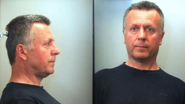 Στη δημοσιότητα στοιχεία του 54χρονου επιδειξία που συνελήφθη στη Γλυφάδα