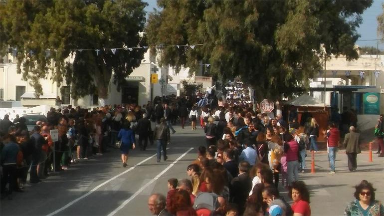 Σαντορίνη: Χρυσαυγίτες παρεμπόδισαν την παρέλαση επειδή η σημαιοφόρος ήταν από την Αλβανία