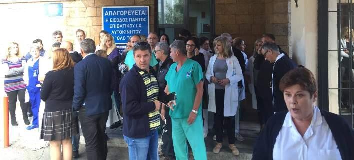 Γιατροί και νοσηλευτές έξω από το ΝΙΜΤΣ: «Δεν υπάρχουν ούτε αναπηρικά καροτσάκια»