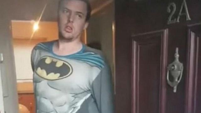 Η στιγμή που ένας παιδόφιλος συλλαμβάνεται φορώντας στολή του Batman [εικόνες]