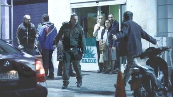 Επίθεση έξω από ΠΑΣΟΚ: Καταδίκη και ευθύνες στην κυβέρνηση από τα κόμματα