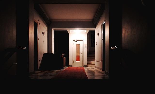 Πολυκατοικίες στο κέντρο του Βόλου βυθισμένες... στο σκοτάδι