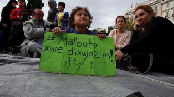 Πρόσφυγες στην Αθήνα: «Μama Merkel, open the doors!»