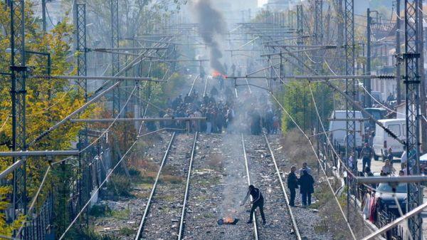 Επεισόδια στη Λάρισα σε αποκλεισμό σιδηροδρομικής γραμμής