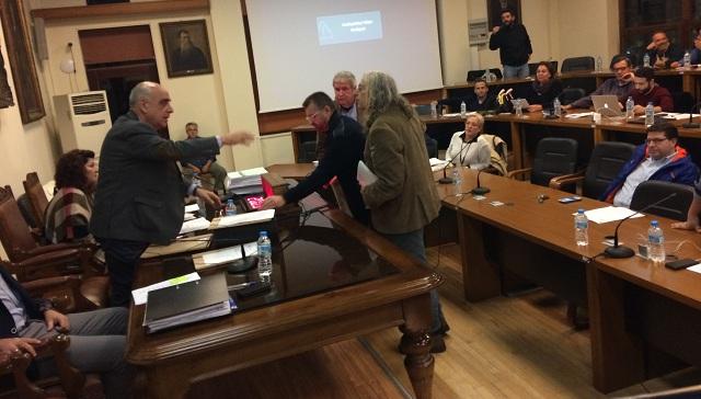 Με φωνές και γιουχαΐσματα διέκοψαν τη συνεδρίαση του Δημοτικού Συμβουλίου