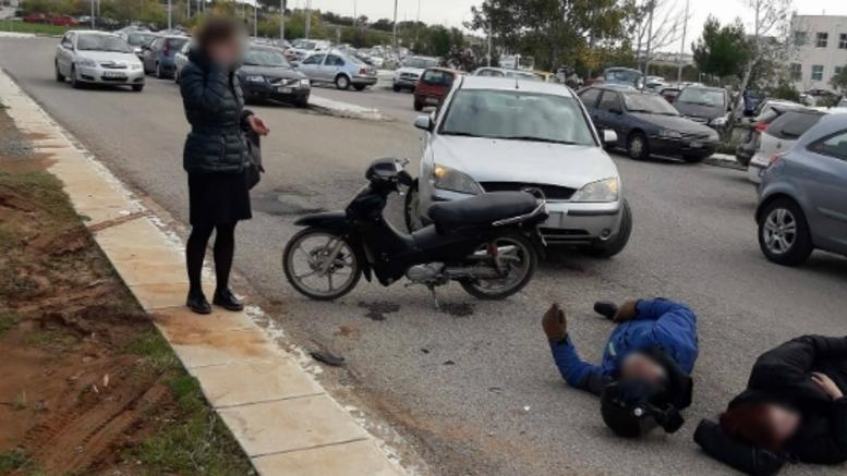 Τράκαραν σε προαύλιο νοσοκομείου και περίμεναν 15 λεπτά ασθενοφόρο