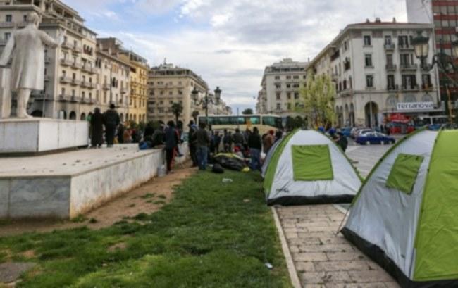 Πρόσφυγες ξεκινούν με τα πόδια από την πλατεία Αριστοτέλους για τα σύνορα