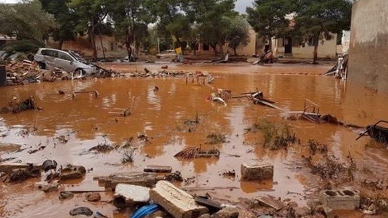 Τόνους λάσπης απομακρύνουν μηχανήματα στα Τρίκαλα