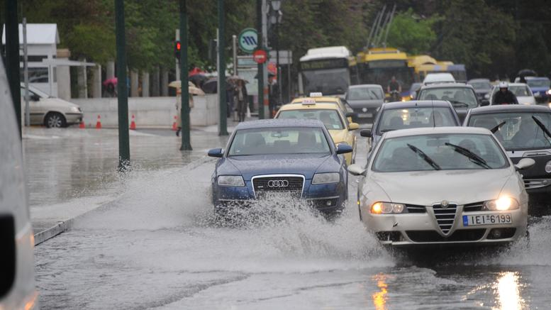 Ισχυρή καταιγίδα στην Αθήνα, προβλήματα στους δρόμους