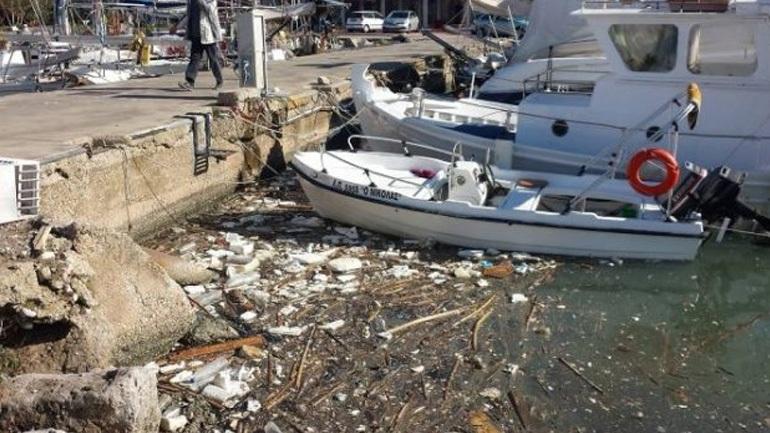 Βγήκαν οι βάρκες στην στεριά στη Μαρίνα της Πάτρας (φωτο)