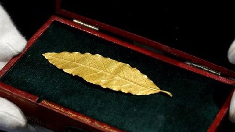 Γαλλία: Έναντι 625.000 ευρώ πουλήθηκε ένα χρυσό φύλλο από το στέμμα του Ναπολέοντα