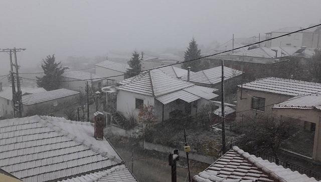 Χιονίζει σε Σαραντάπορο και Λιβάδι Λάρισας [εικόνες]