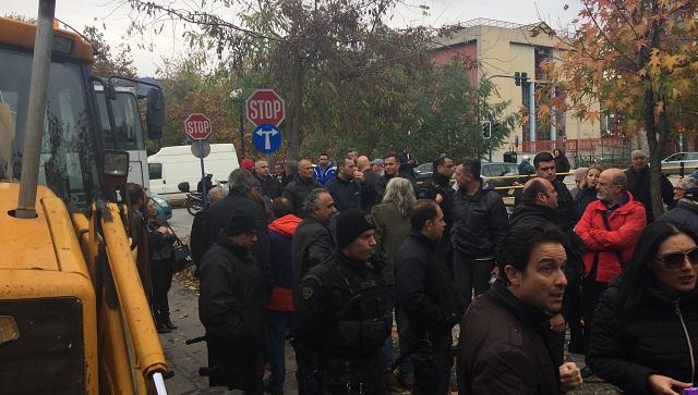 Πολίτες έτρεψαν σε φυγή συνεργεία του Δήμου στην Καραμπατζάκη [εικόνες]