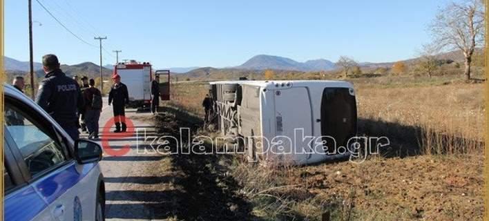 Λεωφορείο του ΚΤΕΛ με μαθητές έπεσε σε χωράφι και ανετράπη [εικόνες]
