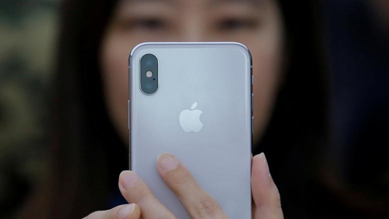 Mαθητές στα κινεζικά εργοστάσια παραγωγής του νέου iPhone X