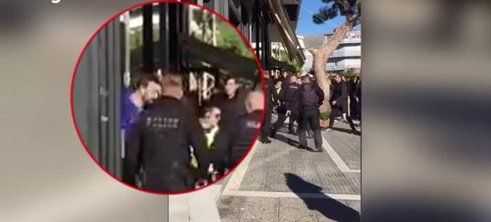Ποιος είναι ο 37χρονος που επιτέθηκε με παγοκόφτη σε αστυνομικούς [βίντεο]
