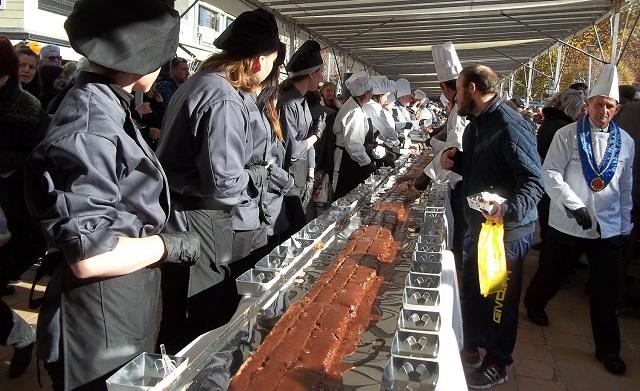 Κατέκτησε το Ρεκόρ Γκίνες η Καρδίτσα για τη μεγαλύτερη νουγκατίνα σοκολάτα στον κόσμο