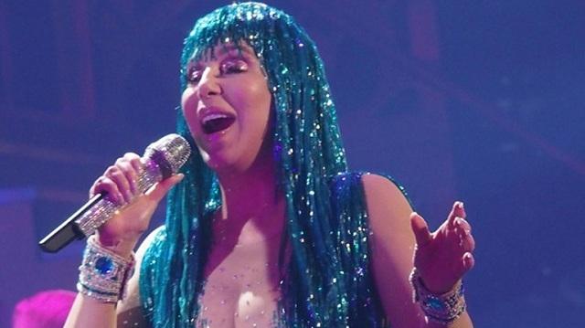 Ο χρόνος δεν αγγίζει τη Cher: Με σέξι outfits στη σκηνή στα 71 της