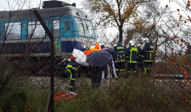 Τρένο παρέσυρε Ι.Χ. στα Τρίκαλα. Νεκρός ο οδηγός