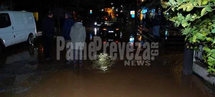 Δύσκολη νύχτα στην Ηπειρο: Εγκλωβίστηκαν άνθρωποι σε πλημμυρισμένα σπίτια. Στο 1 μ. το νερό