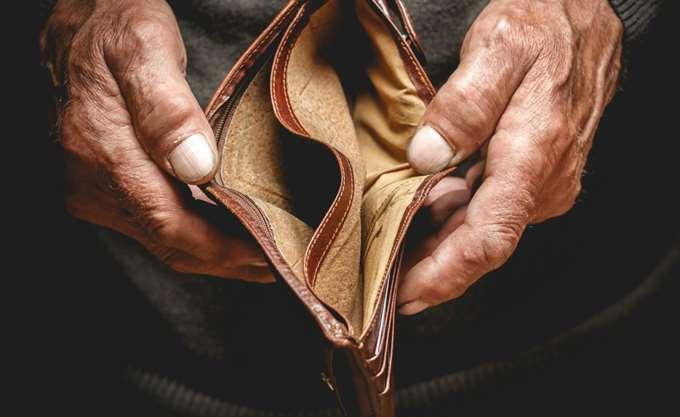 Νέες περικοπές: 480 ευρώ για έναν στους δύο συνταξιούχους