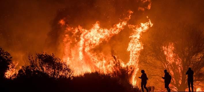 Πύρινη κόλαση στο Λος Αντζελες, βίλες στις φλόγες. Απειλούνται σπίτια χολιγουντιανών σταρ