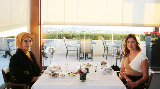 Τσάι και συμπάθεια για τις Μπέτυ Μπαζιάνα και Εμινέ Ερντογάν στη «Μεγάλη Βρετάνια»