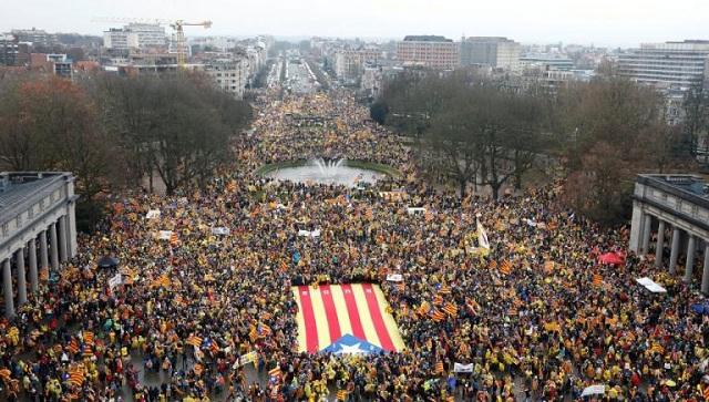 Λαοθάλασσα από Καταλανούς σε διαδήλωση στις Βρυξέλλες [εικόνες]