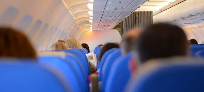 Αναγκαστική προσγείωση αεροπλάνου. Ουρλιαζε στο πλήρωμα γιατί δεν της έφερναν... σαμπάνια