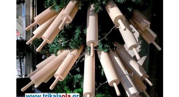 Το πιο παράξενο χριστουγεννιάτικο δέντρο στόλισαν στα Τρίκαλα