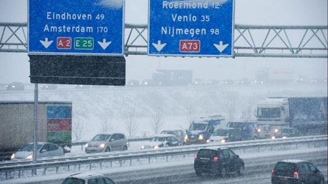 Ακυρώσεις εκατοντάδων πτήσεων και σχολεία κλειστά λόγω των σφοδρών χιονοπτώσεων στην Ολλανδία
