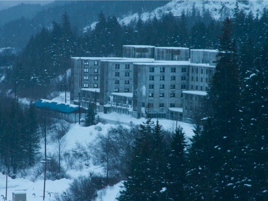 Η πόλη της Αλάσκας όπου οι κάτοικοι ζουν όλοι στο ίδιο κτίριο (φωτο- βιντεο)
