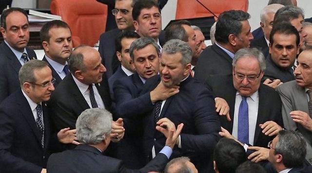 Χάος στην τουρκική βουλή: Μέλη των δύο μεγάλων κομμάτων πιάστηκαν στα χέρια