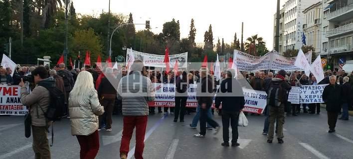 Χιλιάδες συνταξιούχοι στο Σύνταγμα διαδηλώνουν κατά των περικοπών των συντάξεων [εικόνες]