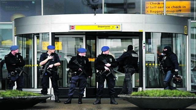 Αστυνομικοί πυροβόλησαν άνδρα με μαχαίρι που εκτόξευε απειλές στο αεροδρόμιο του Άμστερνταμ